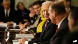 Wapres AS Joe Biden berbicara pada KTT yang membahas usaha memerangi dan mencegah ekstremisme yang disertai kekerasan di Washington (17/2).