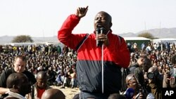 남아프리카공화국 루스텐버그 론민 백금광산 광부들을 상대로 경찰의 총격 비난 연설을 하고 있는 줄리어스 말레마 아프리카민족회의 청년동맹위원장