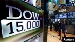 3일 미국 뉴욕 증권거래소 전광판에 다우지수가 15000을 돌파했다는 화면이 나오고 있다.