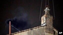 2013年3月12日黑烟从梵蒂冈西斯汀教堂屋顶上的一个小烟囱飘出