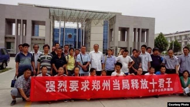 活动人士聚集在郑州某政府机关外,要求释放郑州十君子。(照片来源:现场活动人士)
