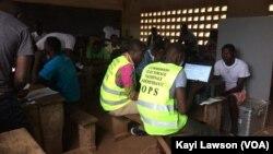 Le recensement électoral a débuté à Lomé, au Togo, le 1er octobre 2018. (VOA/Kayi Lawson)