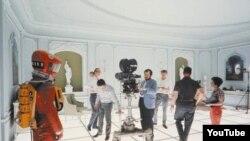 """El director Stanley Kubrick (centro) durante la filmación de """"2001: a space odyssey"""". Gráfica cortesía de Warner Bros. c. 1967."""