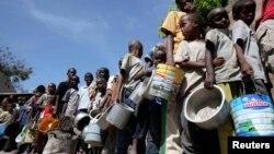 2011年8月7日索马里流离失所的儿童在首都摩加迪沙世界粮食计划署领取食物救济