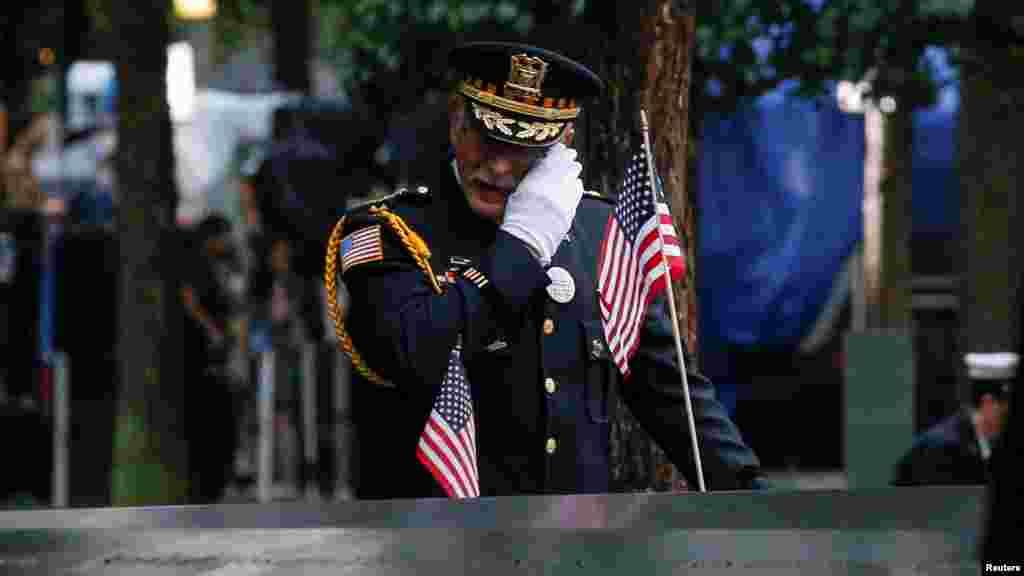 لحظات غمانگیز در مراسم یادبود از قربانیانی که در حمله به برجهای دوگانـۀ تجارت جهانی جان شان را از دست دادند
