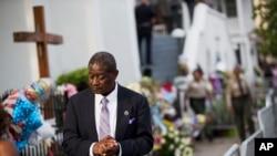 Anggota jemaat gereja meninggalkan acara penghormatan bagi Senator Clementa Pinckney, salah satu dari sembilan korban penembakan di Gereja AME Emanuel di Charleston, South Carolina (25/6). (AP/David Goldman)