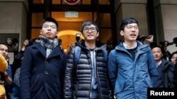 """香港""""双学三子"""" (左起) 黄之锋、周永康和罗冠聪在香港终审法院外面见媒体 (2018年2月6日)"""