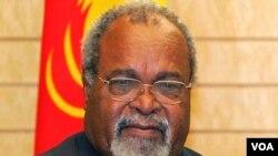 Michael Somare dilantik kembali sebagai Perdana Menteri Papua Nugini, namun menimbulkan perpecahan politik.