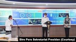 Menteri Investasi Bahlil Lahadalia menjelaskan sistem perizinan online terpadu (OSS) kepada Presiden Joko Widodo dan Menteri Keuangan Sri Mulyani dalam acara peluncuran OSS, di Jakarta, Senin, 9 Agustus 2021. (Foto: Biro Pers Sekretariat Presiden)