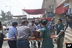 中国救护人员2011年7月18日在新疆和田公安局外面救助伤员
