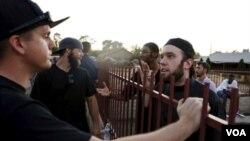 """ບັນດາສະມາຊິກ ຮວມທັງທ້າວ Ilyas Wadood (ຂວາ) ເວົ້າ ກັບຄົນທີ່ພາກັນປະທ້ວງ """"Freedom of Speech Rally Round II."""""""