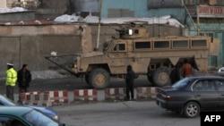 Američki vojni transporter na putu ka zgradi Ministarstva unutrašnjih poslova u Kabulu, gde su ranije danas ubijena dvojica oficira