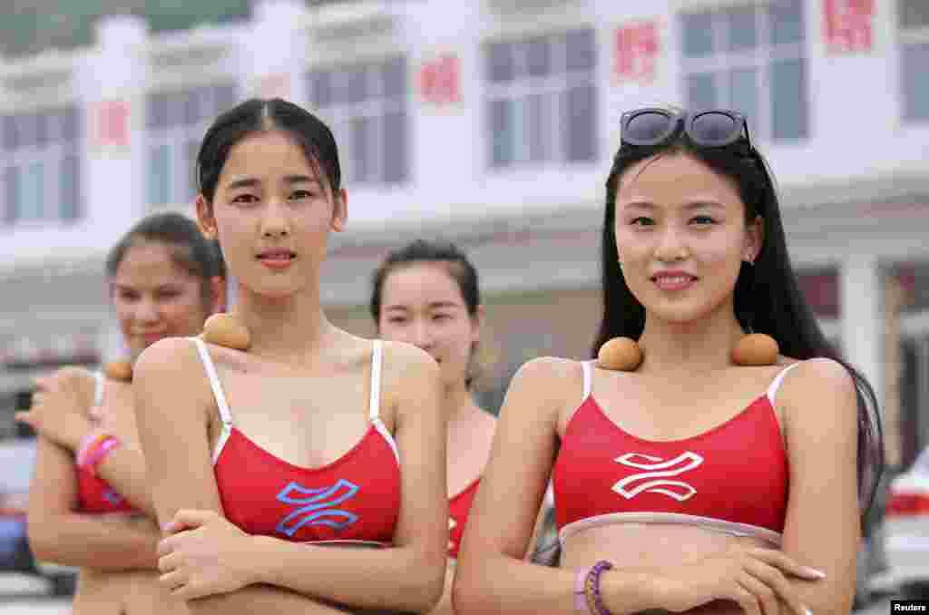 中国河南省济源选美小姐锁骨放鸡蛋。参赛者相信身材苗条锁骨就能平衡鸡蛋 (2015年6月22日)