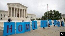 Estudiantes beneficiario del programa de Acción Diferida para los Llegados en la Infancia (DACA) se reúnen frente a la Corte Suprema, en Washington DC, el 18 de junio de 2020.