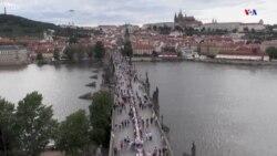 Պրահայի բնակիչները տոնել են կորոնավիրուսի ավարտը երկրում՝ կամրջի վրա 500մ երկարությամբ սեղանի շուրջ ճաշելով: