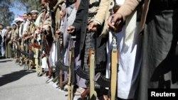 Сторонники хуситов держат оружие во время демонстрации у посольства США