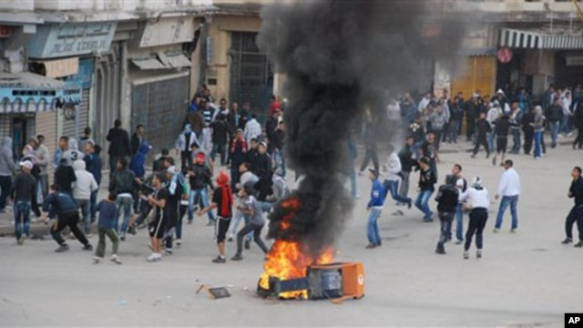 Youth face police forces in Annaba, eastern Algeria, 08 Jan 2011