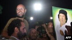 Saif al-Islom Tripolida tarafdorlari orasida, 23-avgust 2011
