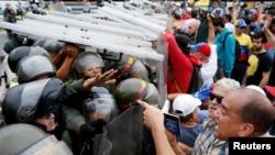بعد از اینکه رئیس جمهوری ونزوئلا اعلام شرایط فوق العاده کرد، معترضان در کاراکاس علیه نیکلاس مادورو به خیابان آمدند.