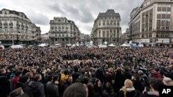 布鲁塞尔民众在市中心为恐怖袭击遇难者默哀一分钟。(2016年3月23日)
