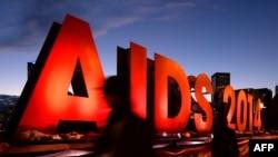 """Bảng hiệu """"AIDS 2014"""" để quảng bá hội nghị quốc tế về AIDS lần thứ 20 tại Melbourne, Úc, ngày 24/7/2014."""