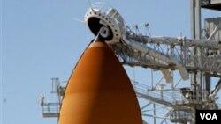 El transbordador especial Discovery, en la estación espacial de la NASA.