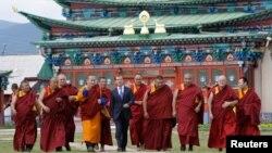 俄羅斯佛教徒眾多﹐總統梅德韋傑夫訪問佛教廟宇與僧侶合照(資料照片)