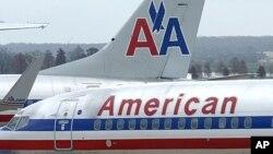 美国航空公司的航班停后在华盛顿罗纳德·里根国家机场(2011年资料照片)