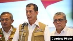 Kepala BNPB Doni Monardo (tengah) memberikan keterangan kepada media. (Foto: BNPB)