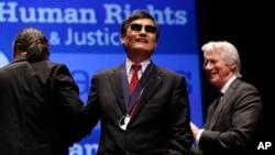 Pembangkang tunanetra Tiongkok, Chen Guangcheng dianugerahi penghargaan HAM 'Tom Lantos' tahun 2012 di Washington hari Selasa (29/1).