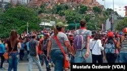 Caracas, Venezuela'da Bağımsızlık Günü'nde Maduro rejimini protesto eden göstericiler