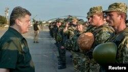 Президент Порошенко зустрічається з українськими військовослужбовцями в Маріуполі