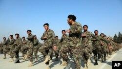 Abasirikare bashasha ba Afuganistani bahejeje inyigisho za gisirikare i Kabul, Afghanistani.