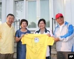 领队李素真(右二)致赠袁健生夫妇选手签名球衣。右一戴帽者为高雄市教育局局长蔡清华