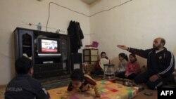Sirijske izbeglice slušaju govor predsednika Bašara al Asada