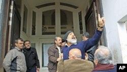 叙利亚霍姆斯的抗议者1月23日在外国媒体面前高呼口号
