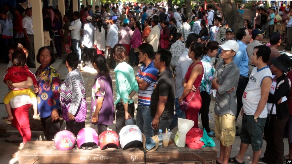 Người dân Campuchia đi bỏ phiếu ở ngoại ô Phnom Penh, 4/6/2017