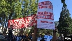 Một người giương cao biển chữ đòi chính phủ thông qua dự luật Dream Act trong cuộc biểu tình ở Berkeley hôm 27/8/2017. (Ảnh: Bùi Văn Phú)