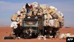 Un camion surchargé à Madama près de la frontière avec la Libye, 1er janvier 2015.