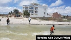 Plage de Mbao (Banlieue de Dakar), des enfants se baignent sans surveillance, le 7 octobre 2019. (VOA/Seydina Aba Gueye)