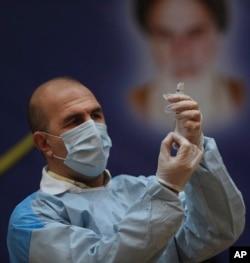 "Seorang nakes menyiapkan suntikan vaksin COVID-19 ""Sputnik V"" dari Rusia, di Rumah Sakit Imam Khomeini, Teheran, Iran, Selasa, 9 Februari 2021."