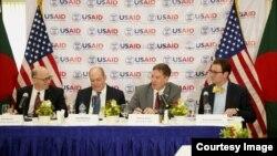 USAID အႀကီးအကဲ Mark Green ဘဂၤလားေဒ့ရွ္မွာ မီဒီယာေတြကုိ ရွင္းလင္း ေျပာၾကားစဥ္။