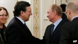 지난 3월 러시아 모스크바에서 만난 블라디미르 푸틴 러시아 대통령(오른쪽)과 조제 마누엘 바호주 EU 집행위원장. (자료사진)