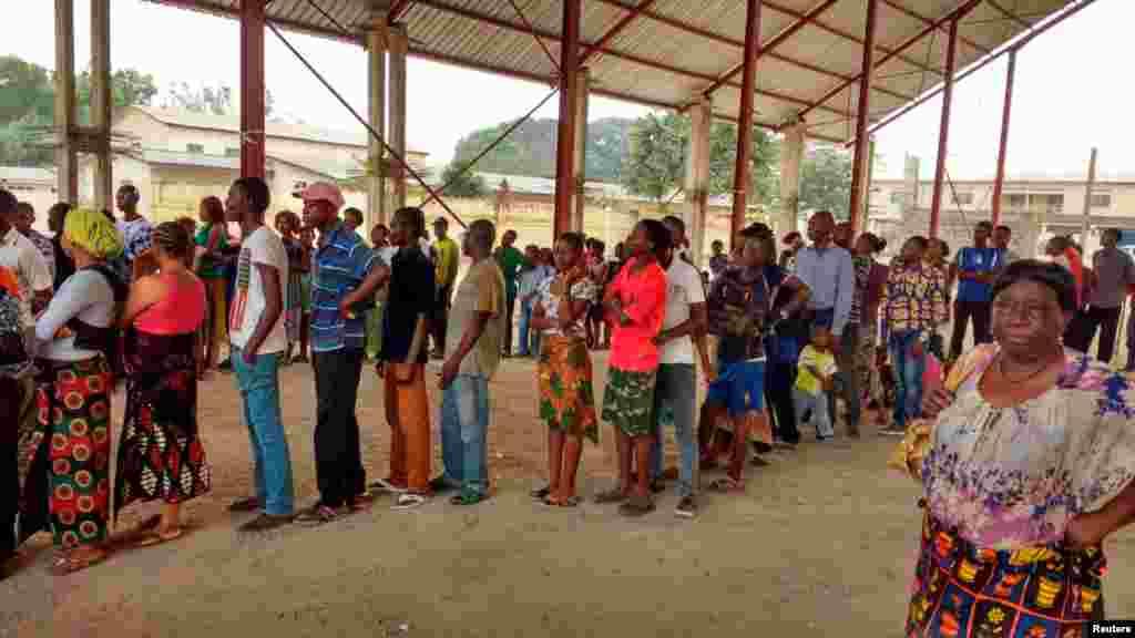 Des congolais font la queue pour recevoir le vaccin contre la fièvre jaune dans le district de Gombe, en RDC, le 17 août 2016.