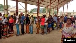 Des congolais font la queue pour recevoir le vaccin contre la fièvre jaune dans le district de Gombe, en RDC, le 17 août 2016