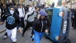در لیون ، پلیس ضد شورش روز پنجشنبه با جوانانی که سنگ و اشیای دیگر پرتاب می کردند و اتومبیل ها را واژگون می کردند، به زد و خورد پرداخت