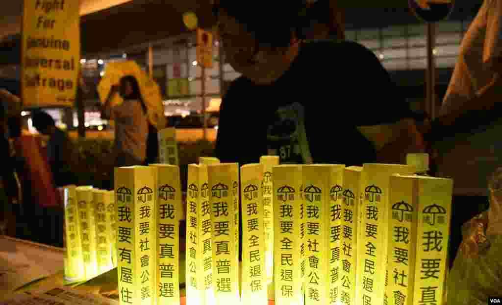 集會團體的攤位展示印上香港市民心願的字條。(美國之音湯惠芸拍攝)