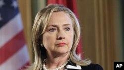 28일 라트비아에서 기자회견을 한 힐러리 클린턴 미 국무장관.