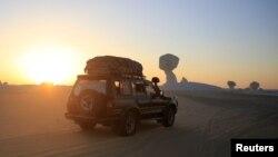 Một chiếc xe đi qua sa mạc phía tây Ai Cập và Bahariya Oasis, tây nam Cairo, ngày 15/5/2015.