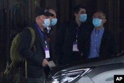 WHO ekibinden Peter Daszak (solda), Ken Maeda (sağda) ve Vladimir Dedkov (sağdan ikinci) Wuhan'da kaldıkları otelin önünde